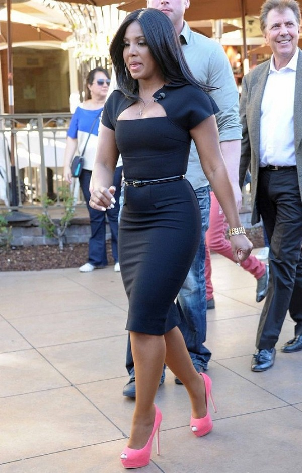 Toni Braxton in belted black pencil dress & pink pumps ...