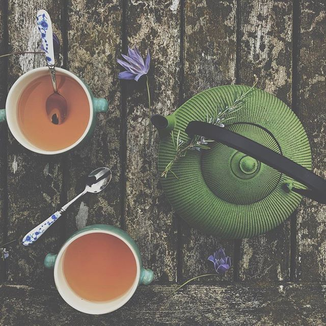 ☀️Good morning all! Today it's my birthday!! Weeeeee! I have no idea what I'm going to be doing today but it has started perfectly with this apple and vanilla rooibos tea in my favourite tea pot with my (favourite) girlfriend 😂😉. Hope you all have a great day! 💕
