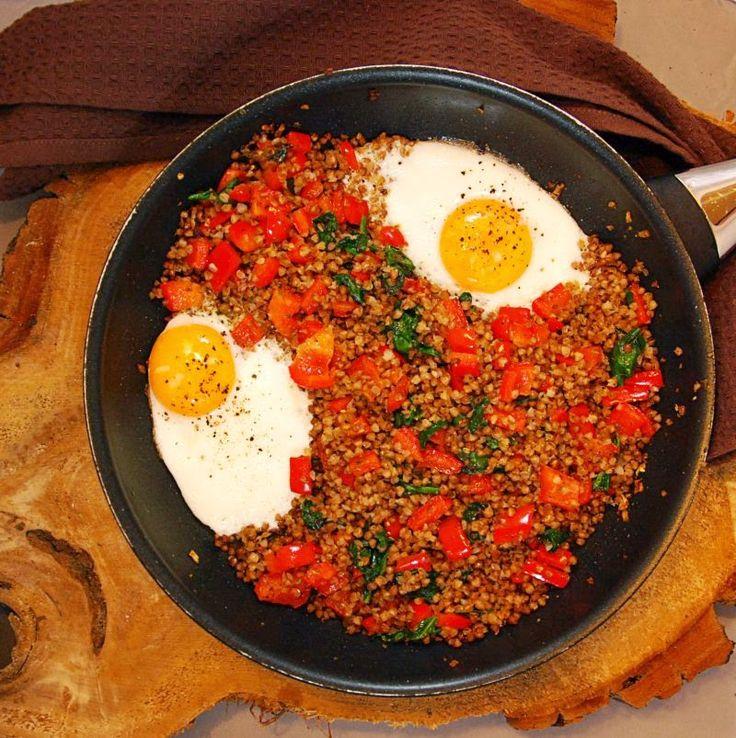 Kasza gryczana z warzywami i jajkiem sadzonym