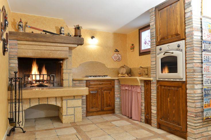 Cucina rustica in muratura. Caminetto per taverna. Piano cucina in ...