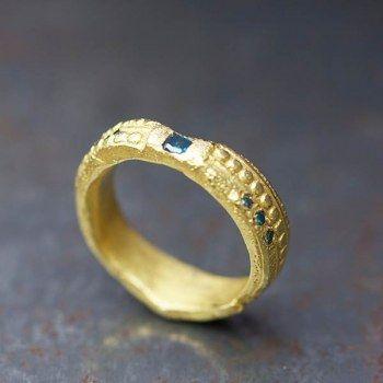 Anneau style antique or jaune et diamants bleus par Esther Assouline pour l'Atelier des Bijoux Créateurs.