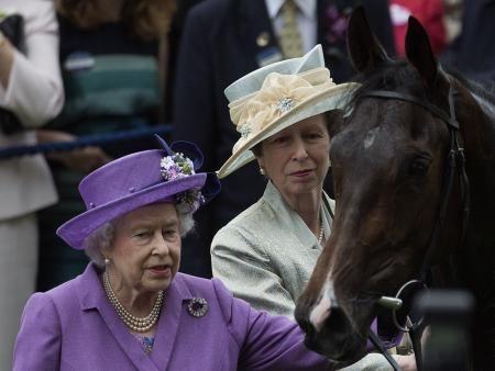 英アスコットで、競走馬エスティメートを迎えるエリザベス女王(左)=2013年6月(AP=共同) ▼23Jul2014共同通信|英女王競走馬から禁止薬物の反応 飼料に誤って混入か http://www.47news.jp/CN/201407/CN2014072301001734.html