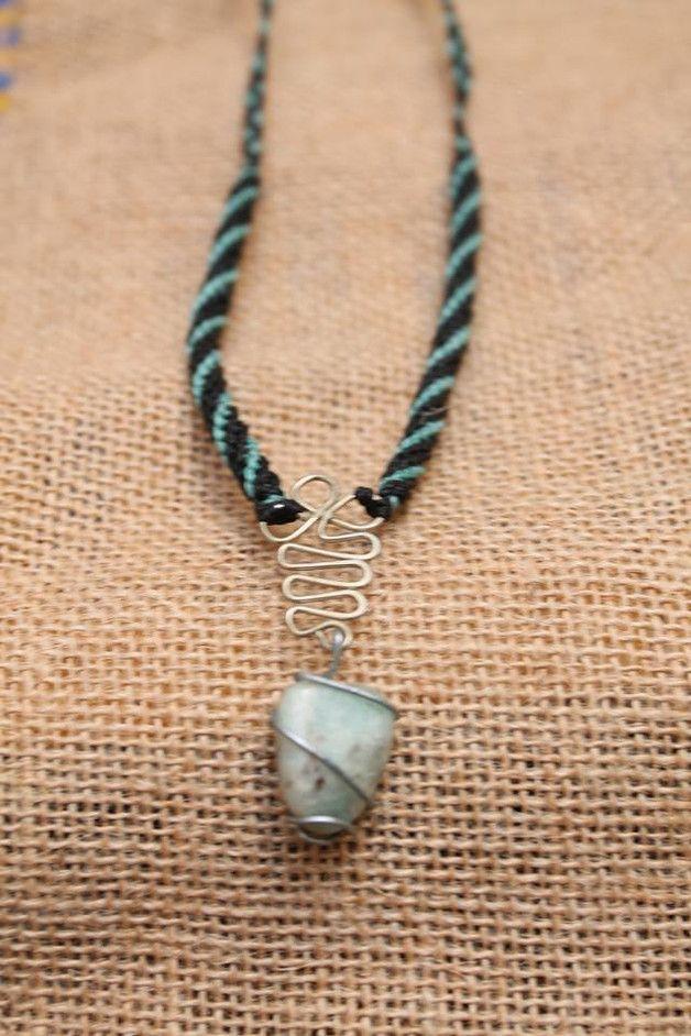 collar con la cuerda de macrame y la piedra con alambre y con una pieza de alpaca con el cierre ajustable