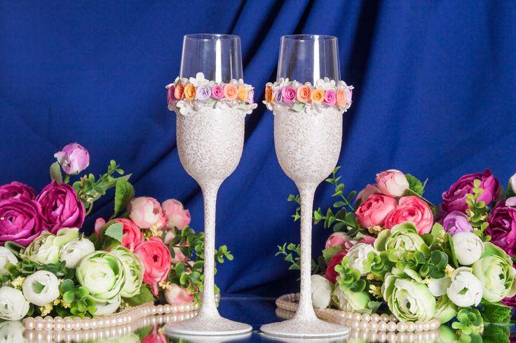 Свадебные бокалы ручной работы для яркой и веселой свадьбы.