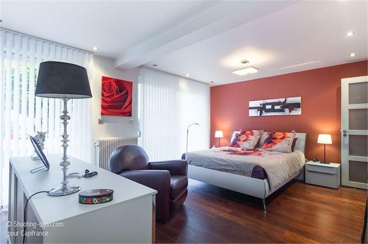 Venez découvrir cette jolie propriété de 240 m² à vendre chez Capifrance à Dijon.    Terrain de 880 m², 8 pièces dont 4 chambres    Plus d'infos > Jacqueline Darmigny, conseillère immobilier Capifrance.
