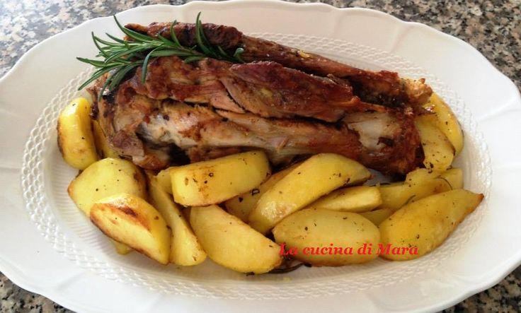 Un delizioso secondo piatto da leccarsi le dita: lo stinco di maiale con patate al forno. Di lunga cottura, ma semplice nella preparazione.