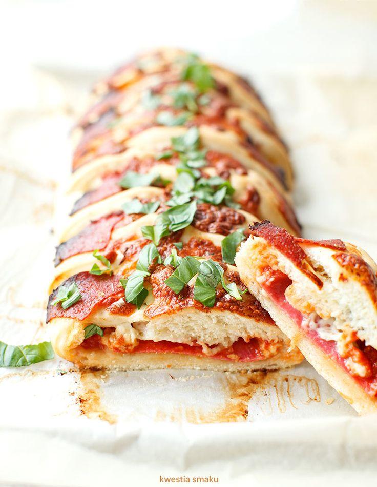 Warkocz pizzowy z salami i serem