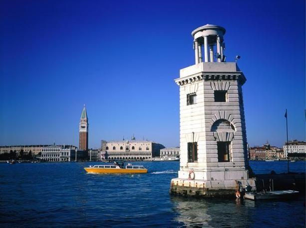 Il faro della laguna di Venezia (Olycom)