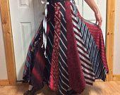 Gestreepte lange zijden rok/Upcycled kleding/gerecycled Mens stropdassen/voorzien kleding/rood zwart zilver/past Womens maat Medium grote Tall
