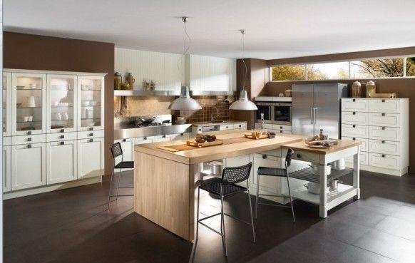 Kuchyň jejíž součástí je jídelní stůl, který se občas promění v pracovní desku