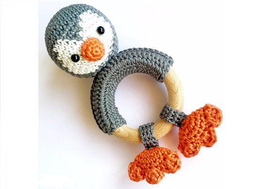 Rammelaar met gehaakte pinguïn - door KNUFL   Crocheted rattle with pinguin