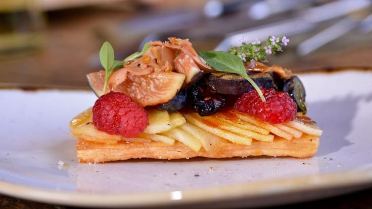 Aperitivo de foie con manzana y frutos rojos sobre tosta de hojaldre - Pablo Vicari - Receta - Canal Cocina