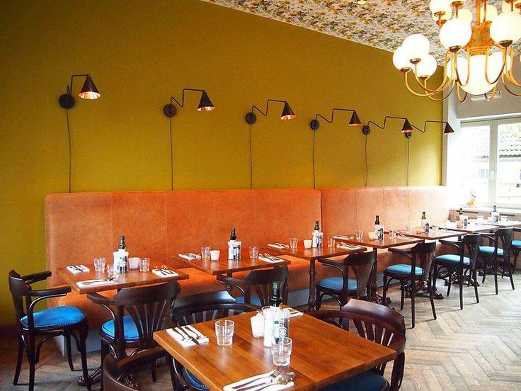 Gezellig trendy restaurant aankleding met lekker wandbanken en beklede thonet…