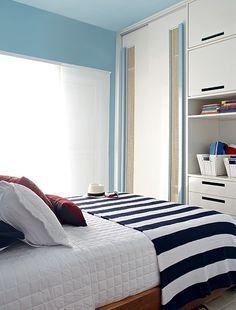 No apartamento na praia da empresária Vera Damy, a arquiteta Andrea Murao teve que lidar não só com o quarto pequeno, mas com o problema da maresia. Por isso, os armários têm portas de correr revestidas de Formica, com respiros de palha
