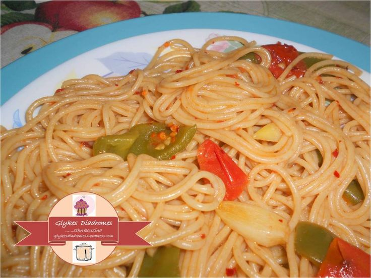 Wholemeal spaghetti with garlic, red and green peppers / glykesdiadromes.wordpress.com