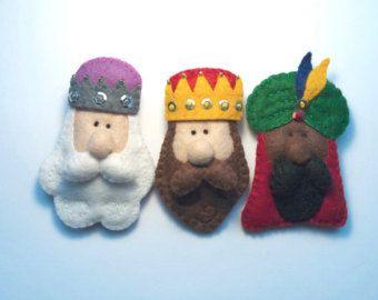 Set de 3 broches o adornos de Navidad de los Reyes Magos hechos de fieltro.