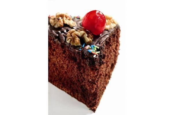Receta de pastel de chocolate con nueces y cerezas confitadas. Perfecto para celebrar un cumpleaños o para endulzar tus desayunos y meriendas.
