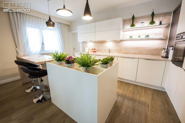 """Un model de bucătărie tot mai solicitat: insula poate găzdui atât zona de spălare cât și cea de gătire, permițând participanților să se miște liber în jurul ei, astfel devenind punctul central din încăpere.  """"Rezultatul finit ne bucură pe deplin, bucătăria este absolut adorabilă, a ieșit mai bine decât mă așteptam. V-am recomandat și că voi recomanda cu drag. Mulțumesc echipei Kuxa și în special doamnei Carmen Cîrja care este absolut profi și foarte draguță cu clienții."""" Liliana"""