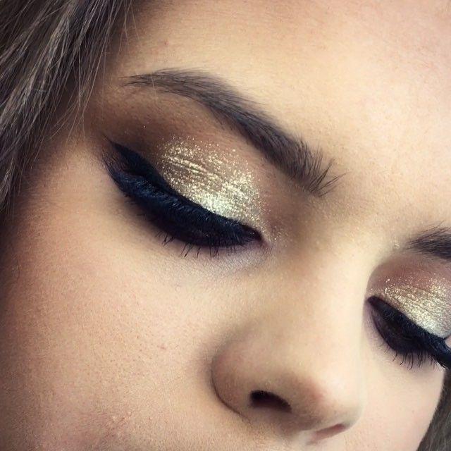 "Press play Кстати мои дорогие .Вот такие популярные техники макияжа глаз мы проходим на курсах ""Сам себе визажист "" #vegas_nay #goaravetisyan #hudabeauty"