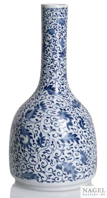 A very rare Imperial blue and white vase (shuanluping),China, encircled underglaze-blue six-character mark Yongzheng and of the period.Photo Nagel Auktionen