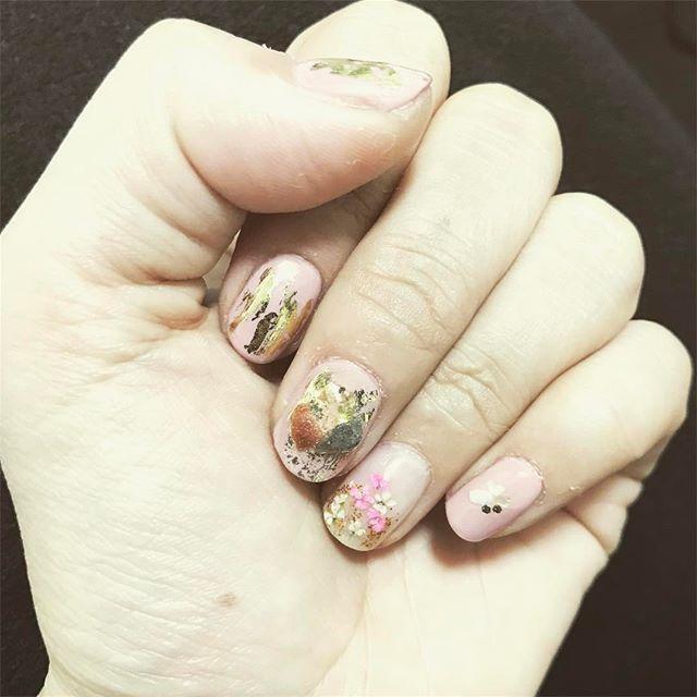 最近はめっきりセルフネイル派。薬指とそれ以外の合わなさ。薬指だけ明日やり直そうかな。 #セルフジェルネイル #セルフネイル #nail #ネイル #押し花ネイル #天然石ネイル #ストーンネイル #新しいパーツ買うと使いたくなっちゃう #結果合わない