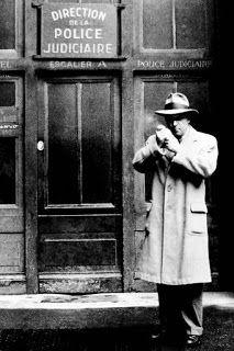 George Simenon. In quei giorni, ho pensato di scrivere un romanzo poliziesco. Ho cercato di immaginare chi avrebbe potuto essere il protagonista e il primo nome che mi è venuto in mente e stato Maigret, il commissario Maigret.