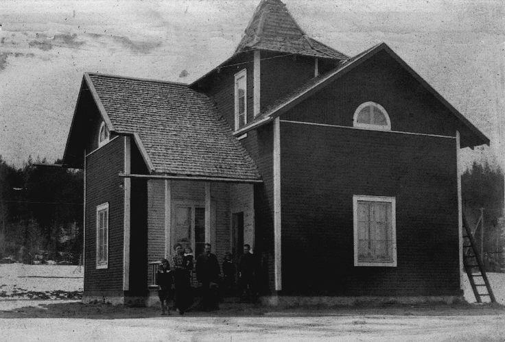 Min morfars nybyggda hus i Karlsbäck 1923. Notera tornet. Huset var ritat av Jonas Abramsson Karlsbäck som också ritade gamla apoteket i Bjurholm.