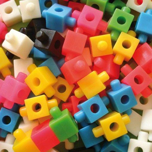 Qubic es un juego de encastre, que a diferencia de otros bloques de construcción, permite crear modelos ARTICULADOS con una única pieza. Con este pack de 160 piezas se pueden armar infinidad de modelos: Robots, Animales, Vehículos, Imágenes o lo que se te ocurra! Qubic te da ideas para armar que potencian tu imaginación. Se presenta en cajita acrílica y por tener piezar pequeñas se recomienda desde los 3 años en adelante.