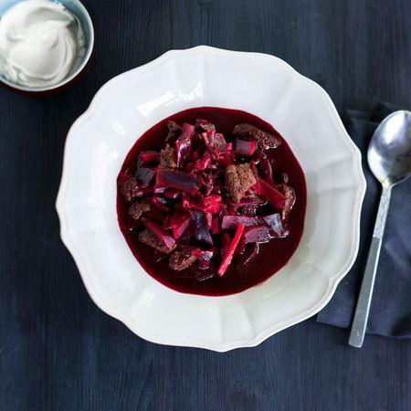 Borssikeitto on talvikeittojen klassikko, joka saa täyteläisen makunsa punajuurista. Keitosta voi tehdä kasvisversion jättämällä pois lihan ja pekonin sekä lisäämällä kasvisten määrää ohjeessa.