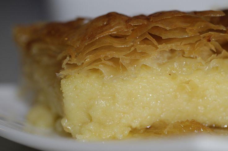 В переводе с греко-турецкого галактобуреко означает молочный пирог. Готовится он из теста фило, густого заварного крема на основе манки и пропитывается огромным количеством сиропа.