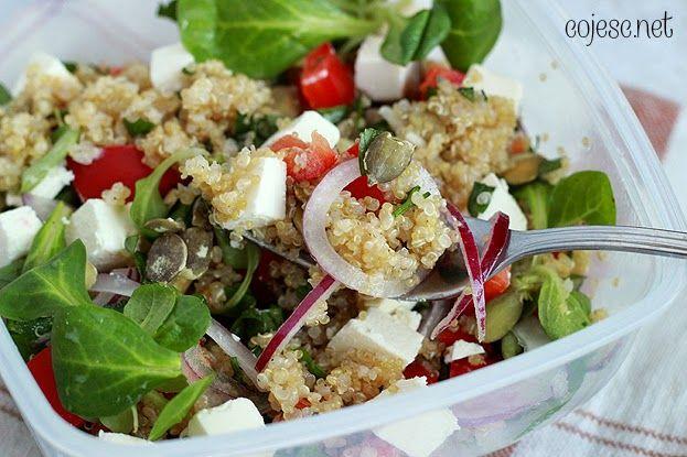 Zdrowy lunchobox do pracy i szkoły: sałatka z quinoa i fety | Zdrowe Przepisy Pauliny Styś