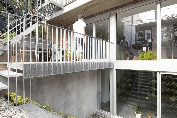 L'Appartement Chabot situé sur le Plateau-Mont-Royal à Montréal – L'art de créer un espace lumineux pour une salle de séjour qui se situe au sous-sol