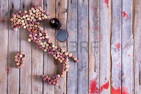 dessin verre de vin: Carte conceptuelle artistique de l'Italie, la Sardaigne et la Sicile fait de vieux bouchons rouge et blanc bouteille de…