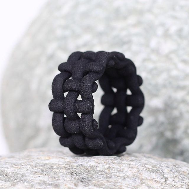 The woven rings have finally arrived. They are now available in my Etsy shop in different sizes.  #blackrings #etsysuccess #differencemakesus @etsysuccess #parametric #woven #modernartjewelry #moderndesignring #moderndesign #blackring #wideringe #3dprinte
