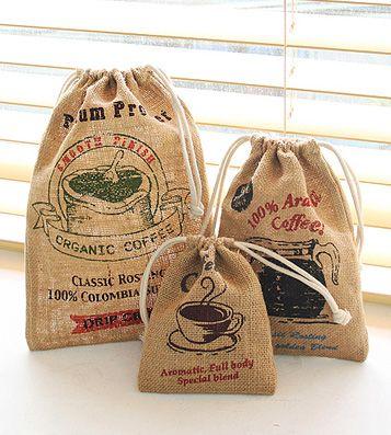 Набор мешков для вещей 'Coffee Pouch' - Blend 690р В чём плюсы: • В наборе 3 мешочка разного размера, затягивающихся на кулиску. • Можно хранить в них одежду, или засушенные ароматные травы, или что-то ещё... как тебе захочется. :) • Повесив такие мешочки на кухне, ты придашь ей приятную нотку уютной кофейни.  Размер: большой - 29 х 21см, средний - 23 х 16 см, маленький - 16 х 12 см. Материал: холст.  Бренд: Jute Product Дизайн: Южная Корея Производство: Южная Корея  Артикул: 277012