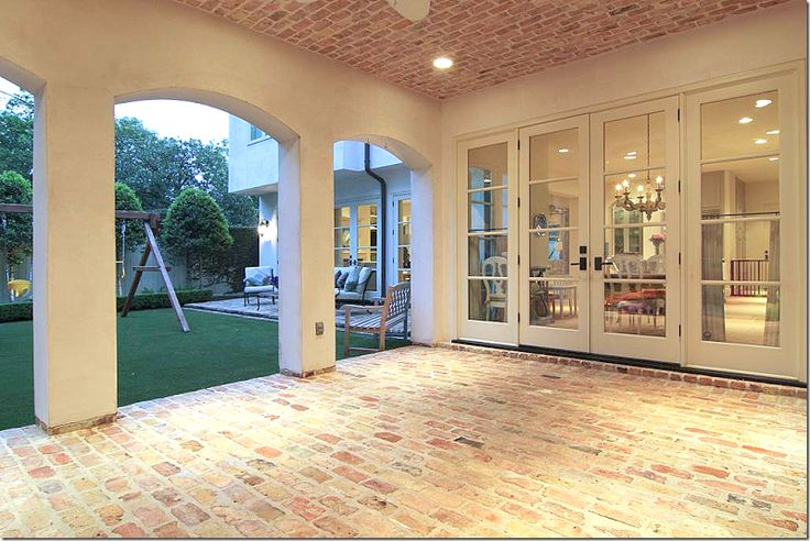 Ahhh...covered patio with brick celing. Cote de Texas
