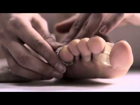mini-documentary - 4 minutes showing how three professional dancers prepare their pointe shoes - En Pointe!