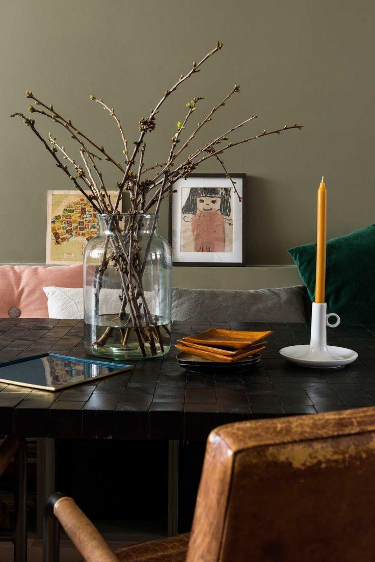 Eettafel met decoratie   Decoration on dining table   vtwonen 09-2016   Fotografie Stan Koolen   Styling Jelle van de Schoor