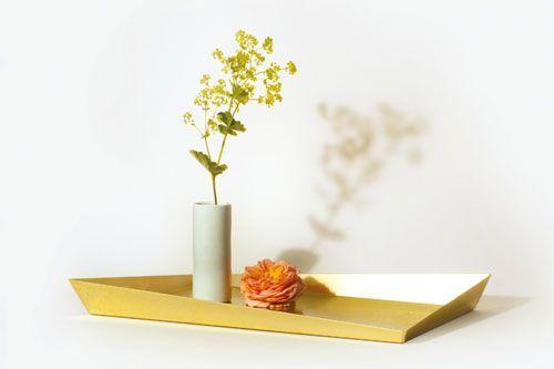 Morfo :: FUTO tray SMALL MESSING. Lækker lille aflang bakke i ægte messing. Her kan du lave en lille udstilling med dine yndlingsting eller servere 2 latter + det løse :o)