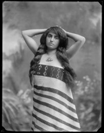 Unidentified Maori woman wrapped in a Maori cloak with taniko borders