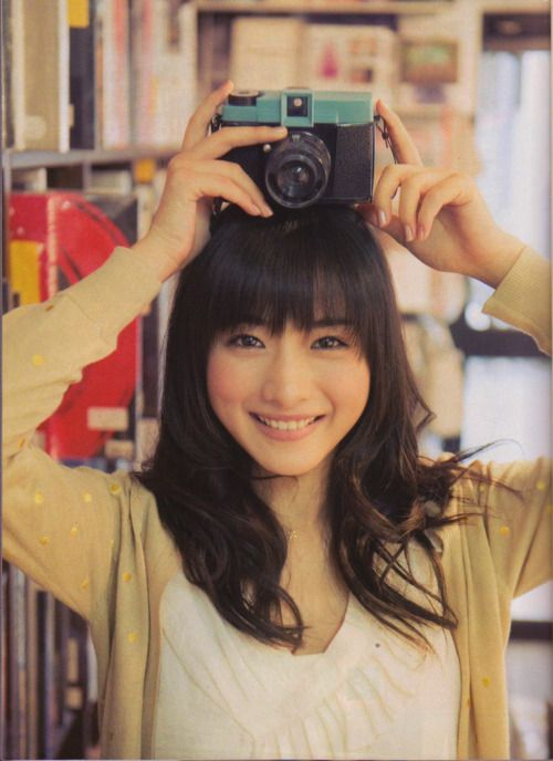 girl taking a photo 石原さとみ
