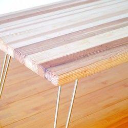 杉集成材シリーズのローテーブル【折りたたみ】となります。脚を折りたたみ式とし、来客時などのサブテーブルとして使えるようシンプルな作りとしました。収納時は厚み6センチ程度になります。また軽量ですので女性でもラクラク扱えます。すでにメインテーブルをお持ちの方も、気分転換にこちらのテーブルもいかがでしょうか。 木材は、やわらかくて温かみのある国産杉(積層材)を使用しています。安全面を考慮し、面取りをおこない、ビスの使用箇所を折りたたみ脚の接続部のみとしています。また、亜麻仁油を主成分としたワトコオイル ナチュラルを使用し、木目を生かしたオイル調のしっとりした風合いに仕上がっています。・サイズ:高さ 32cm / 幅 90cm / 奥行 45cm /天板厚 3cm※高さを32cmとしているので、別売りのキッズテーブルと並べてご使用いただくことができます。この作品は新作記念として送料無料[数量限定]としています。*購入の際の注意点*ハンドメイド品ですので多少の色ムラ、誤差等あります。 また