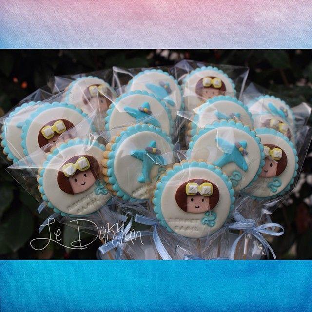 #pazartesi #sendromu da neymiş? #cookieart#cookies#şekerhamuru#fondantcookies#decoratedcookies#pilot#birthday#doğumgünü#skyisthelimit#flyhigh#planes#uçak#kurabiye#instacookie#cookiestagram#blue#2yearsold#2yaş#mehmet#birthdaypartyideas#fondant#şekerhamurlukurabiye#butikkurabiye#mondaysyndrome