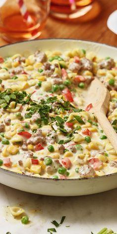 Von diesem Gericht werden deine Kinder gar nicht genug bekommen! Unsere Konfetti-Pfanne mit Nudeln ist dank Mais, Paprika und Erbsen schön bunt und macht große Lust auf frisches Gemüse. Darüber freuen sich auch die Eltern.