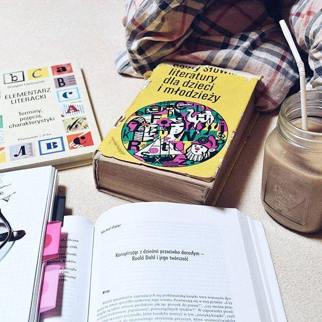 Dzień dobry, sprawy mają się tak 😀 #roalddahl #elementarz #książki #słownik #książkidladzieci #dladzieci #dzieciologia #kawa #kawusia #poranek #piątek #miło #takczytam #czytam #vscopoland #vscobooks #vscodaily #ambhappylife #abmhappyhour