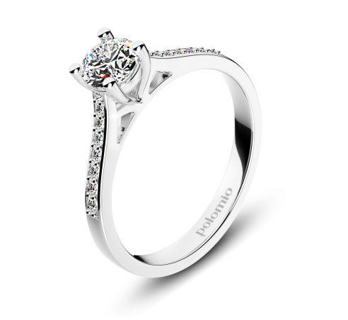ZÁSNUBNÍ PRSTEN ZARAGOZA Polomio Jewellery. Krása, při které se až tají dech……prsten Zaragoza. Centrální kámen, usazený do korunky se čtyřmi krapnami zdobí boky prstenu, které jsou také osazené kamínky pěkně od největšího až po nejmenší. Zásnubní prsten je možné obědnat v červené, růžové, bílé a žluté barvě zlata. Zásnubní prsteny jsou osazeny zirkony, brilianty, nebo moisanity.