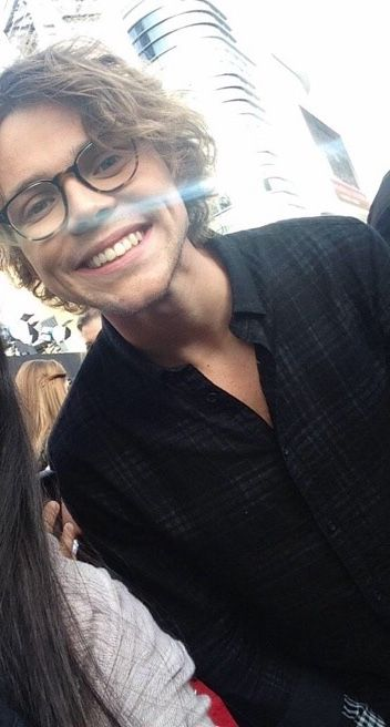 Ashton Irwin looking hella good