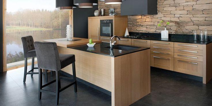 #Cuisine avec sol gris anthracité, comptoirs noirs, meubles en bois. Un mur façon briques