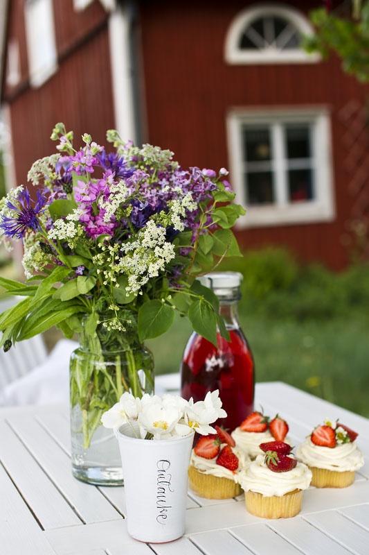 Summer, cupcakes, flowers.