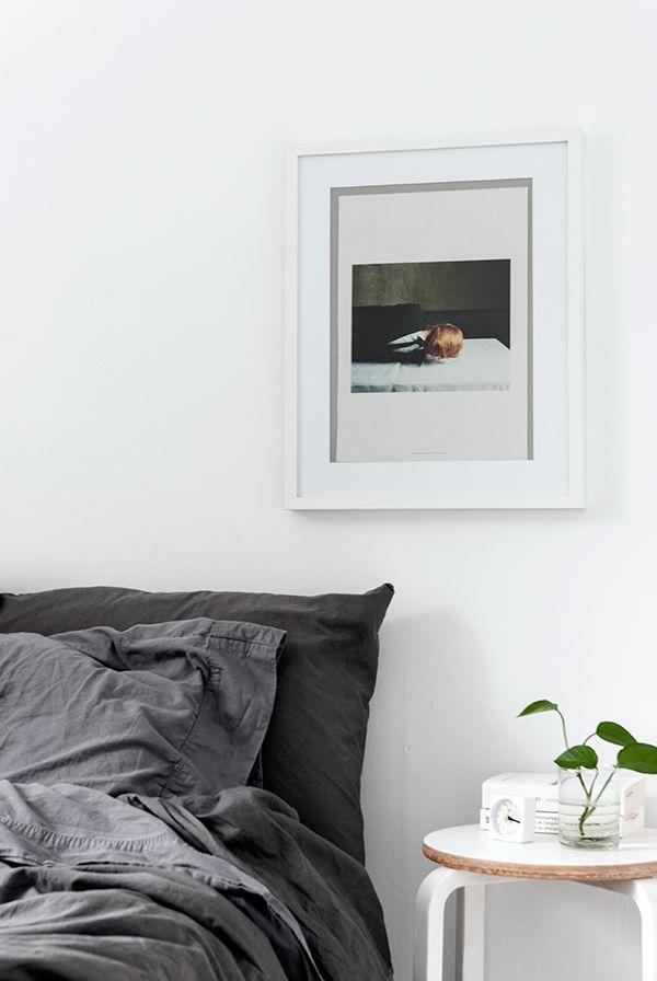 Chambre avec un style épuré et des draps en lin gris / Bedroom with grey linen